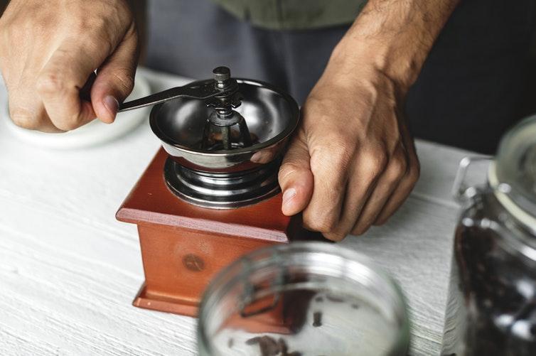 手挽きコーヒーミルで豆を挽く