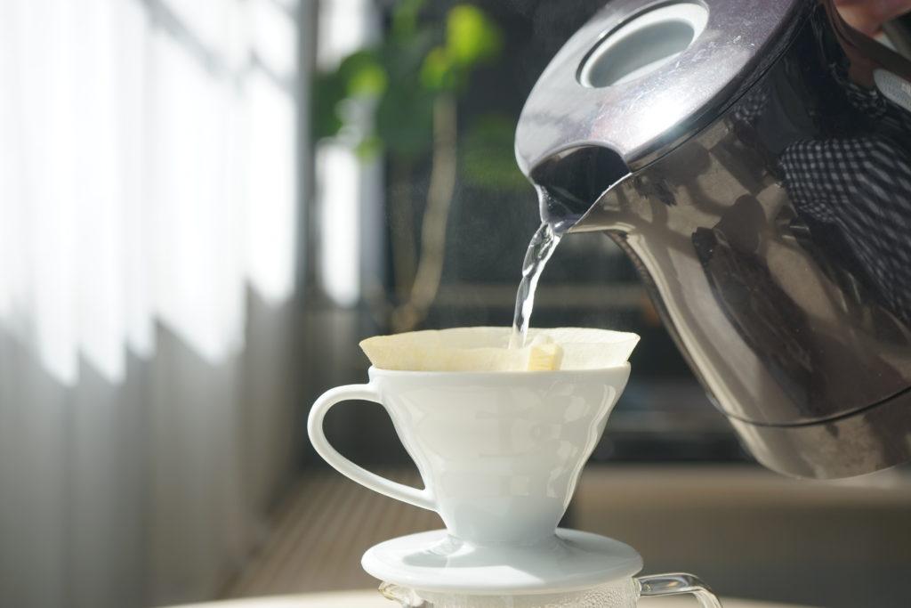 電気ケトルでコーヒーをドリップ