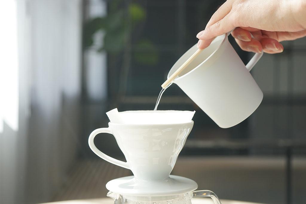 マグカップに割り箸を添えてドリップ