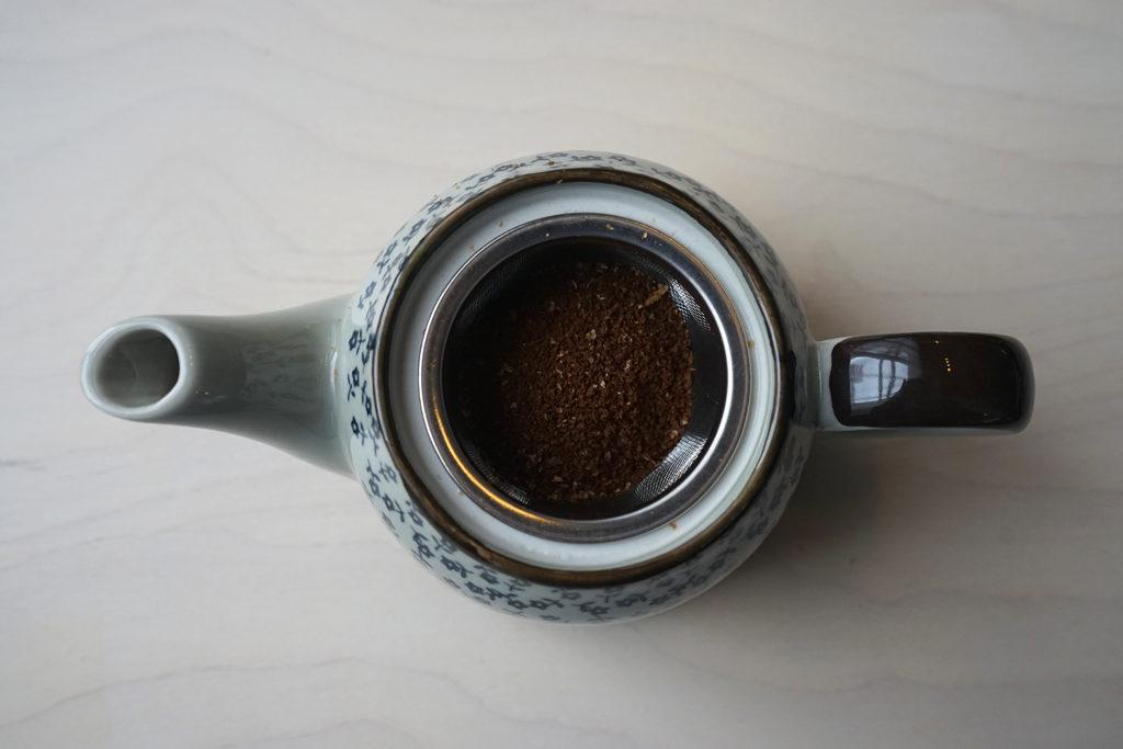 コーヒーの粉をセットした急須