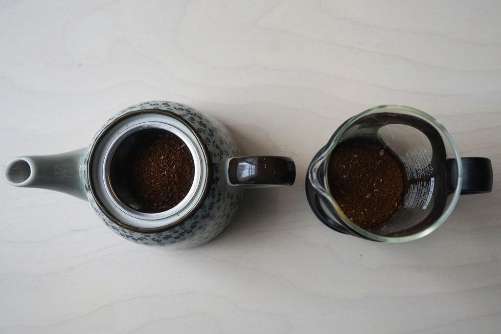 急須とフレンチプレスにコーヒーの粉をセット