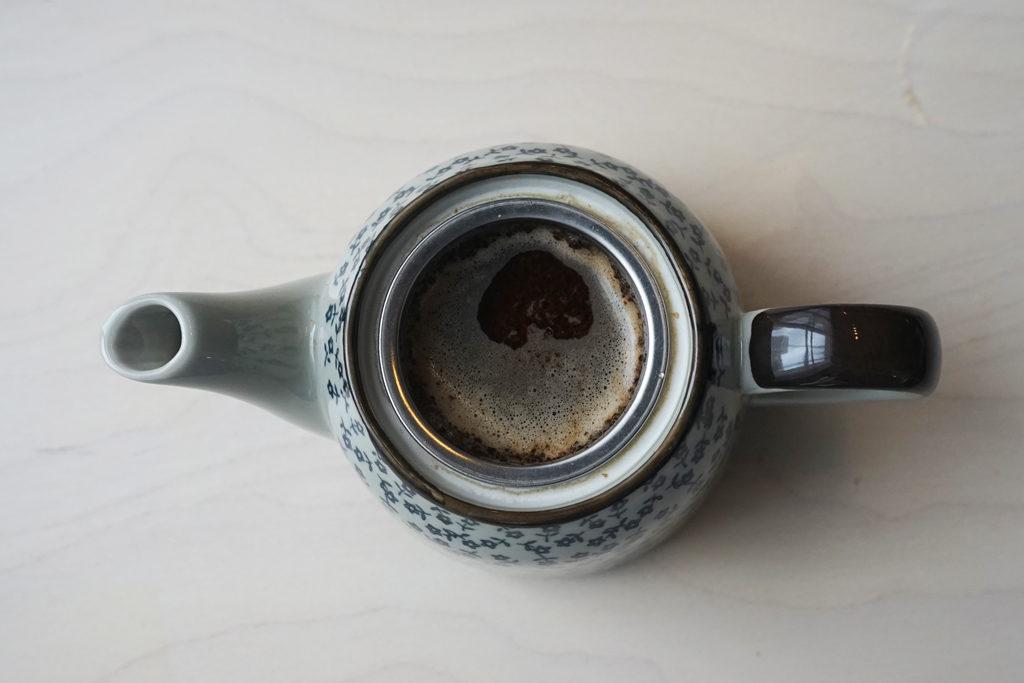 急須の中に入ったコーヒーの粉がお湯に浸る