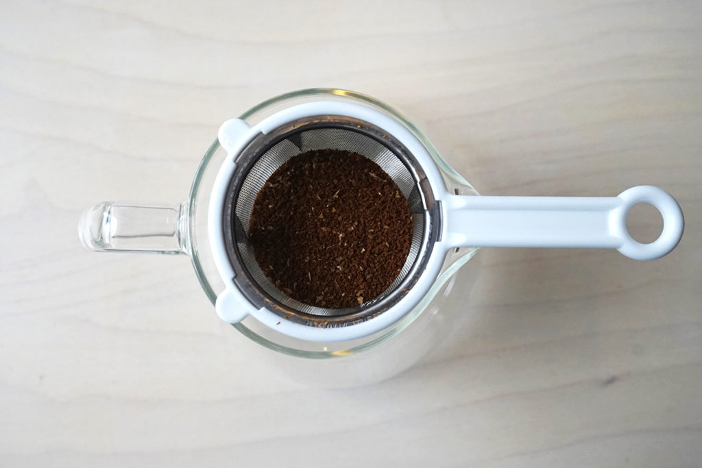 コーヒーの粉をセットした茶こしを上から見る