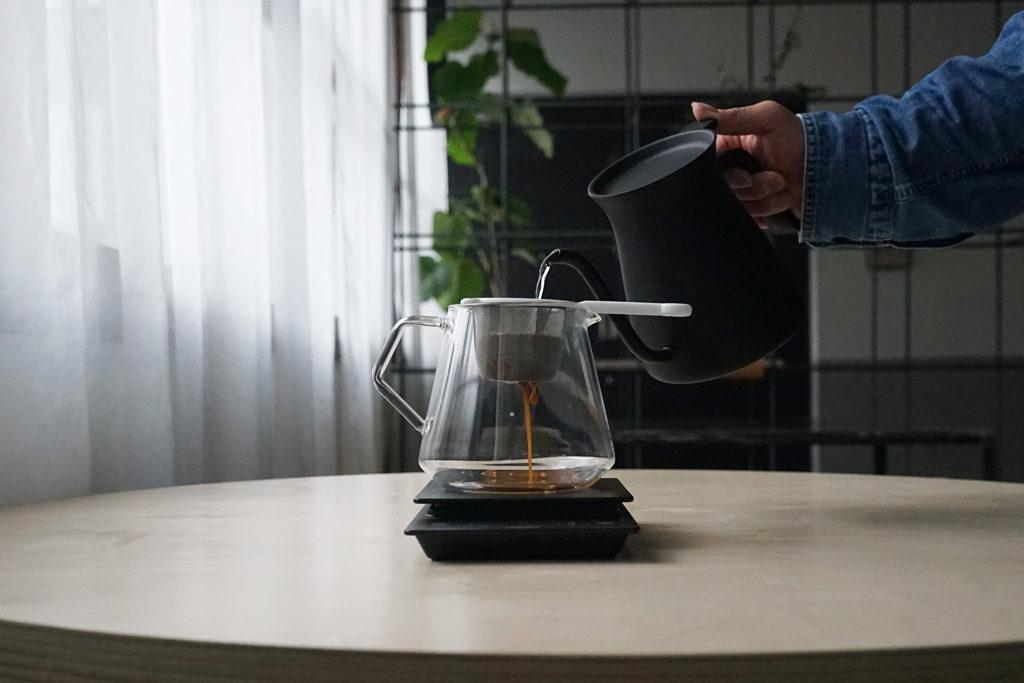 茶こしにセットしたコーヒーの粉にお湯を注ぐ