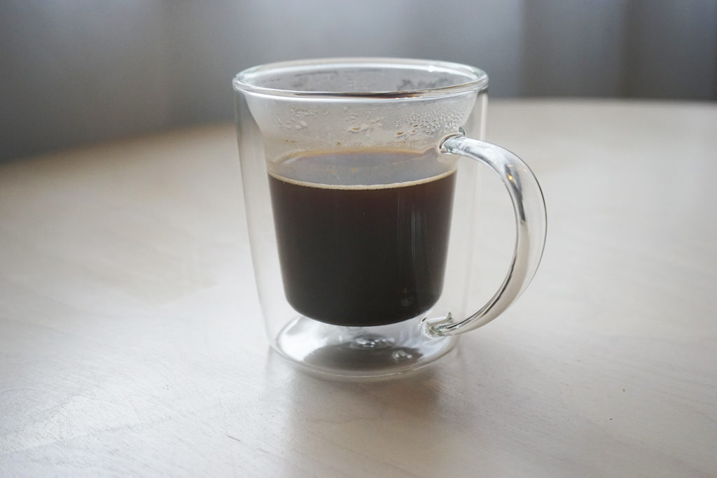 ゴールドフィルターダブルウォールマグに入ったコーヒー