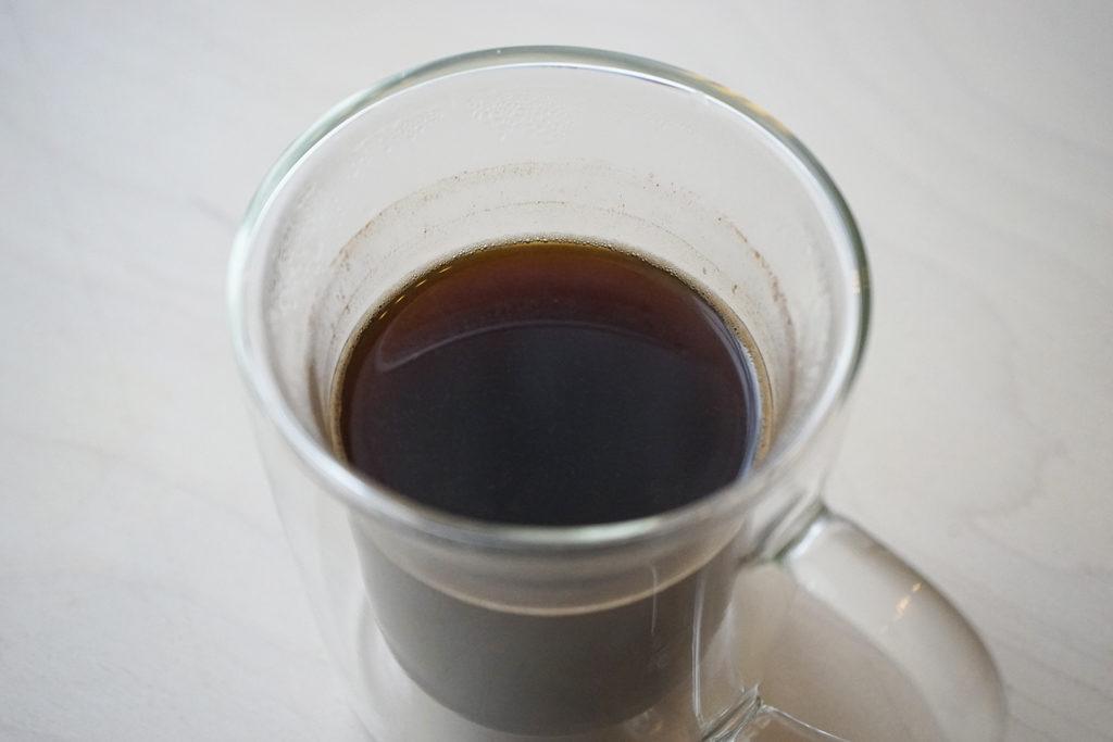 ゴールドフィルターダブルウォールマグに入ったコーヒーを上から