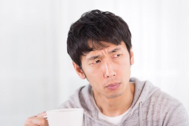 コーヒーがぬるいと感じる男性