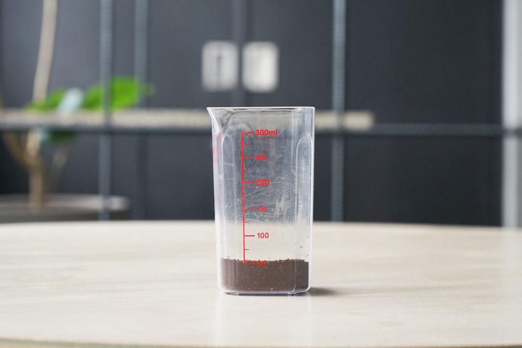計量カップに入ったコーヒーの粉
