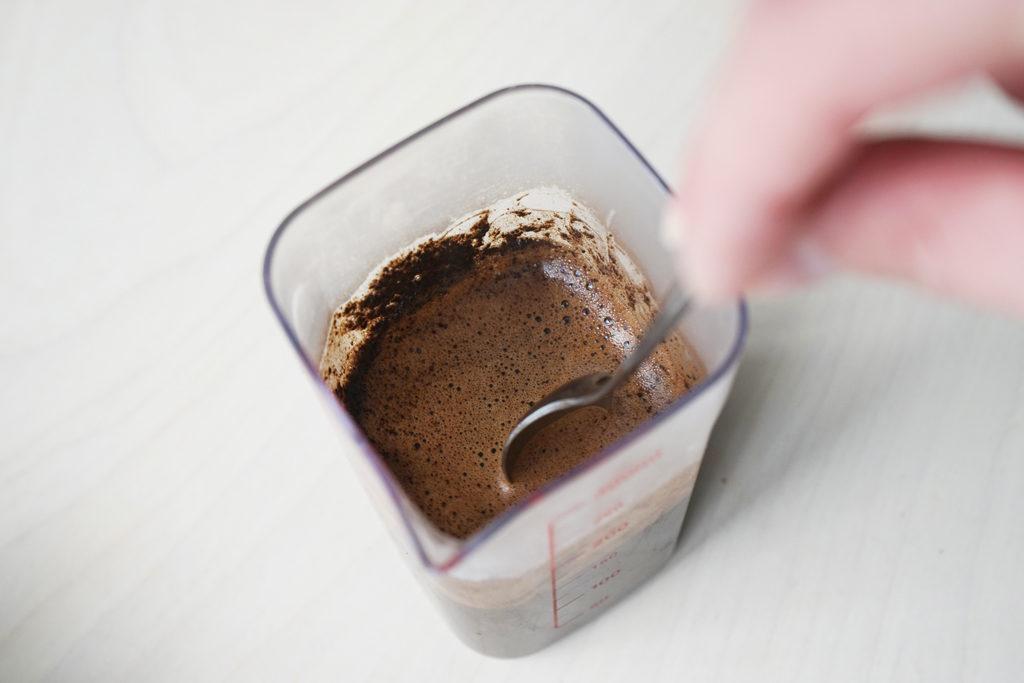 コーヒーの粉とお湯を混ぜる