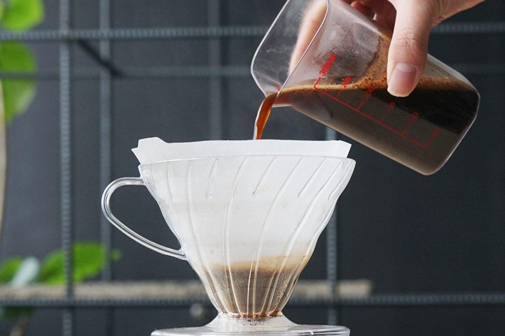 計量カップの中身を注ぐ簡単なコーヒーの淹れ方
