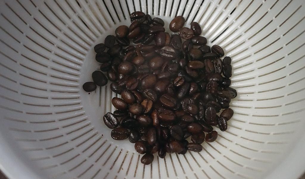 ザルに入ったコーヒー豆