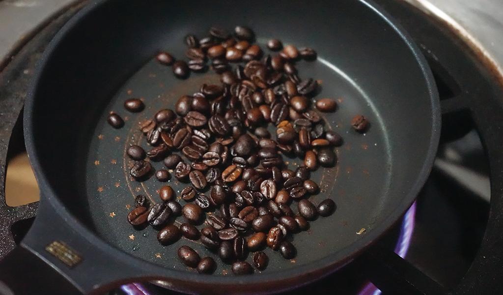 茹でたコーヒー豆を焼く