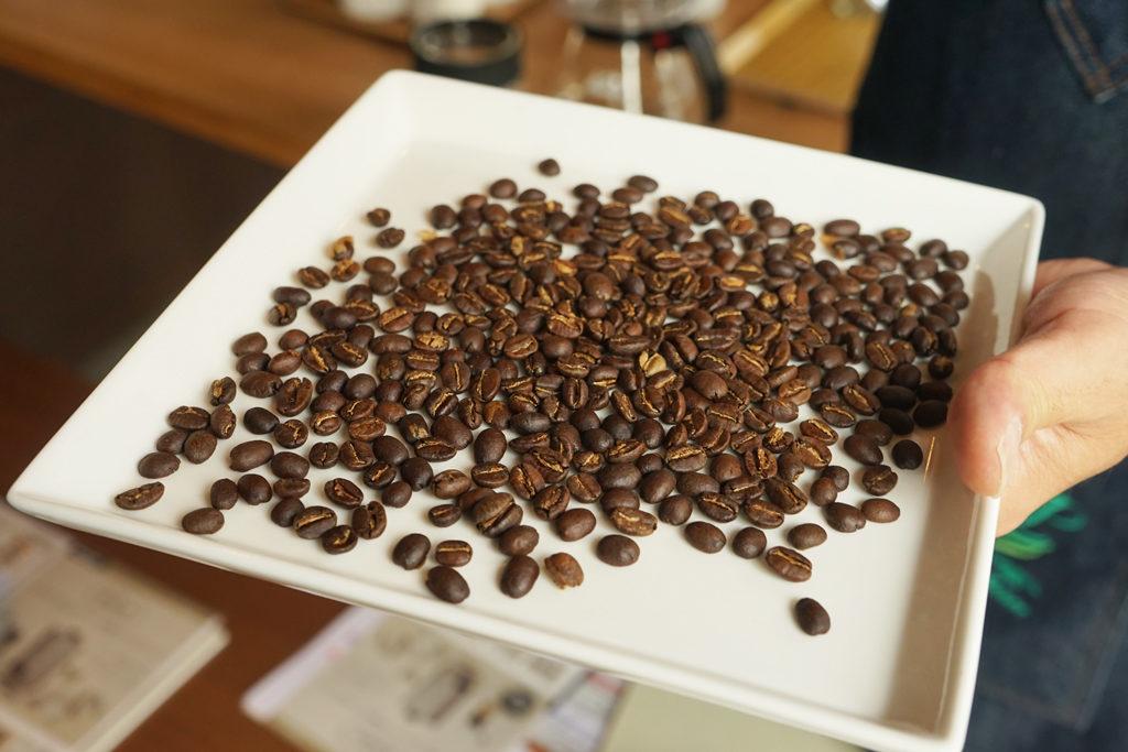 焙煎したルワンダのコーヒー豆