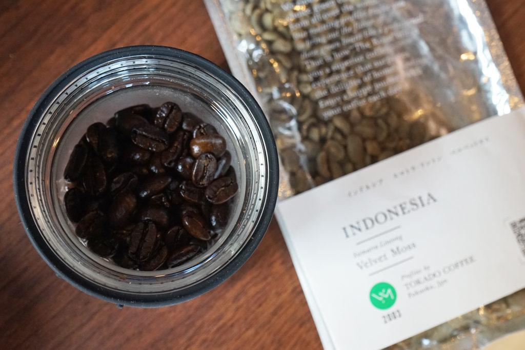 インドネシアの生豆と焙煎したコーヒー豆の比較