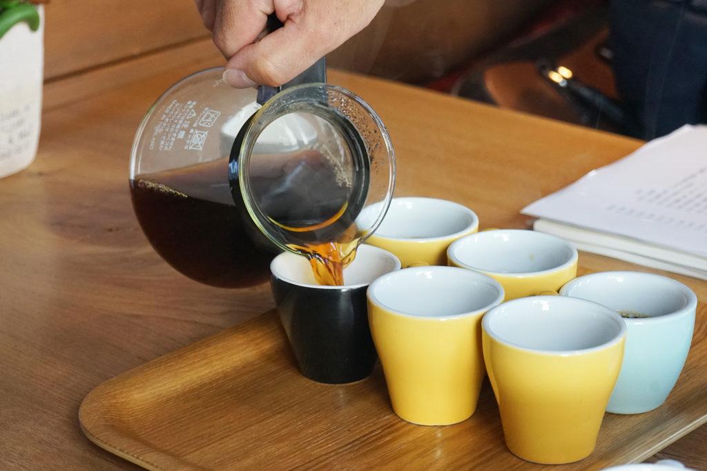コーヒーをそれぞれのカップに注ぐ