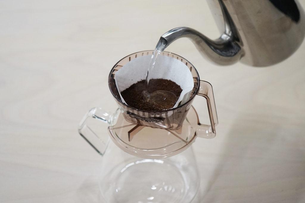 お湯をコーヒーの粉に軽く注ぐ