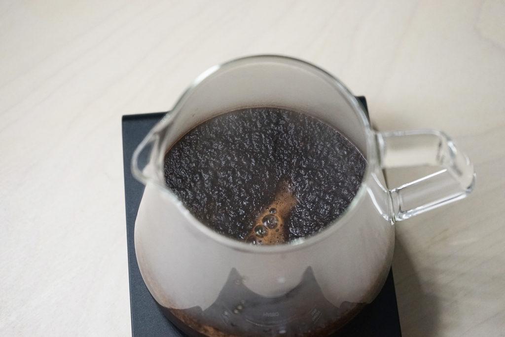 サーバーに入ったコーヒーの粉とお湯