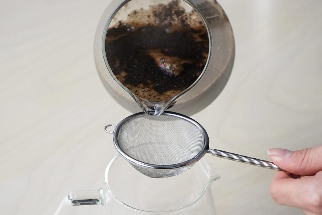サーバーに入ったコーヒーの粉を茶こしで漉す