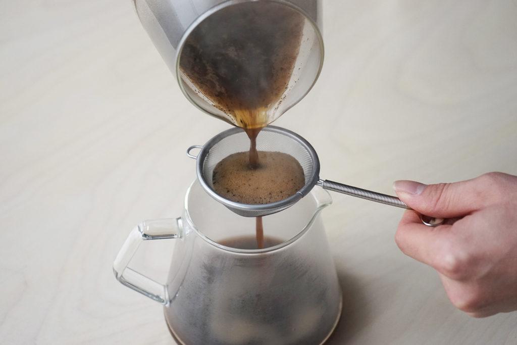 茶こしでコーヒーを漉す