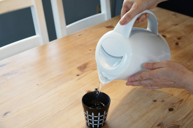 インスタントコーヒーにお湯を注ぐ