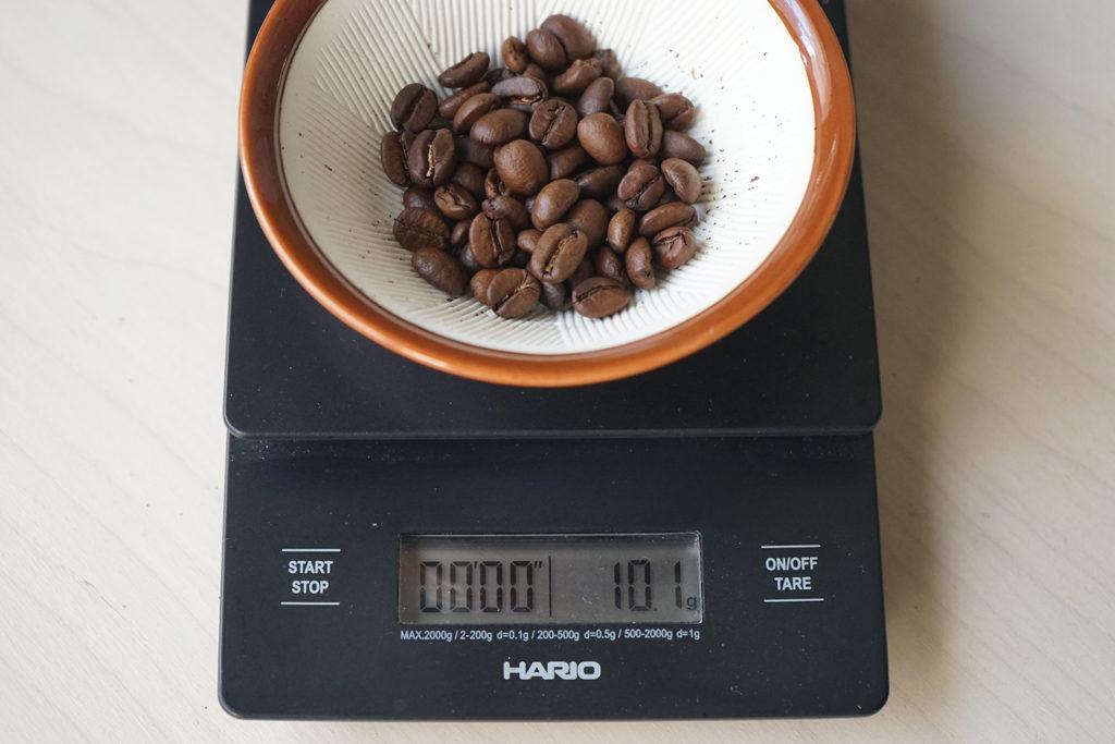 すりばちに入れたコーヒー豆