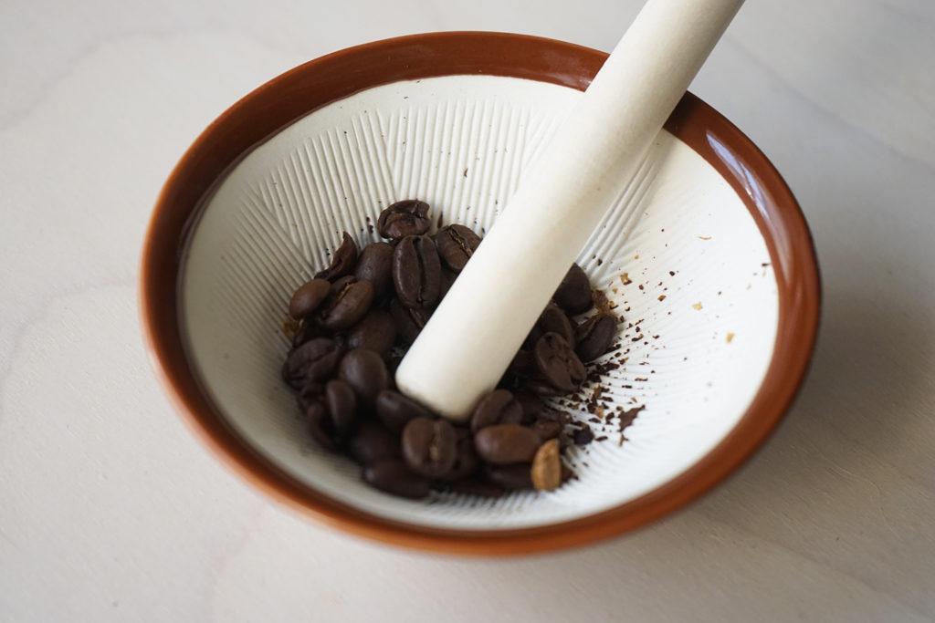 すりこぎでコーヒーを挽いていく
