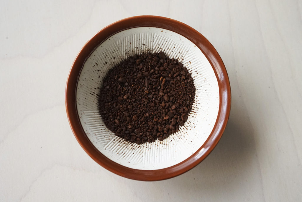 すりこぎで挽いたコーヒー粉