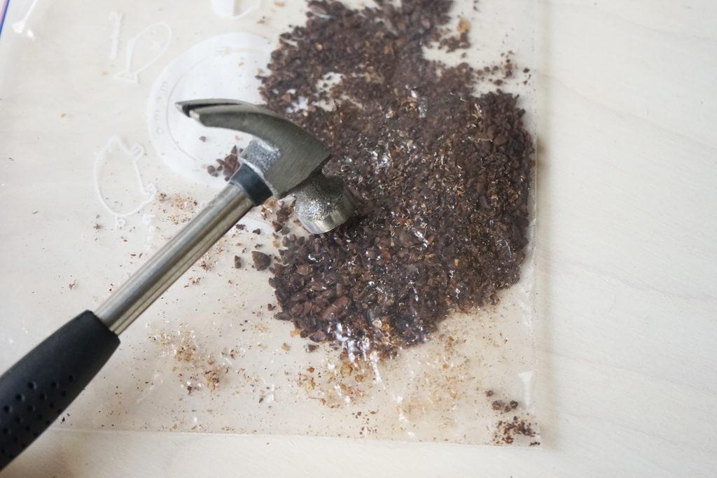 ハンマーで潰したコーヒー豆