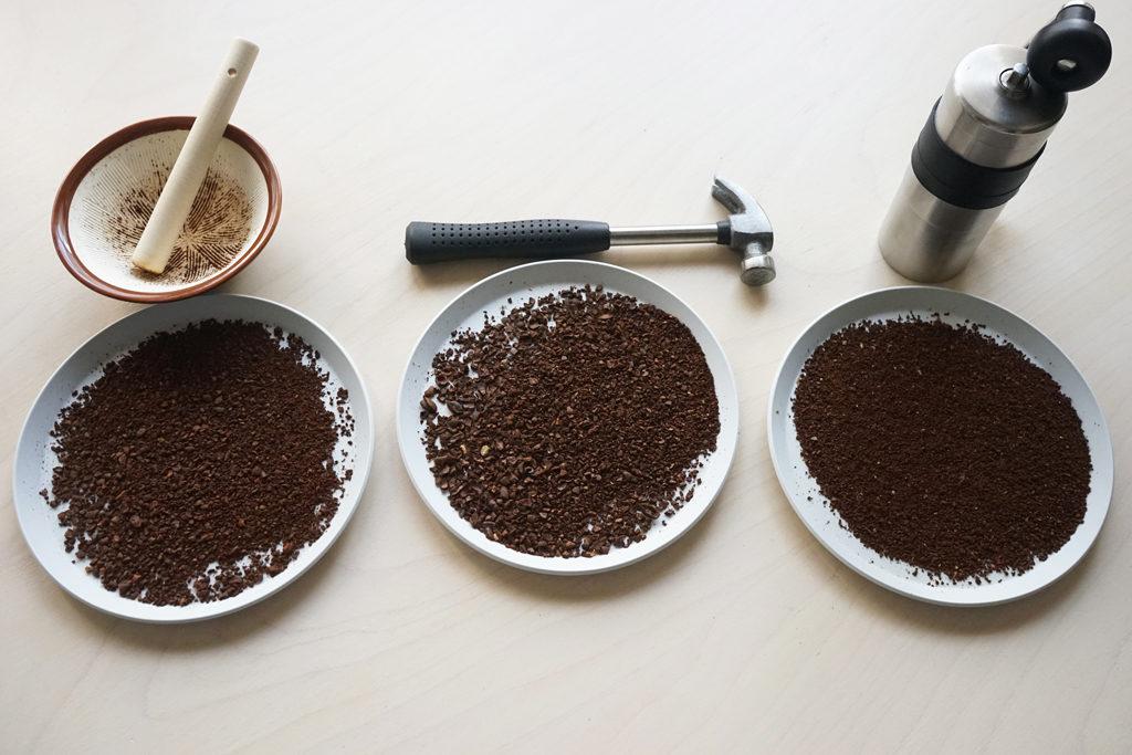 挽いたコーヒー粉3種類を広げる