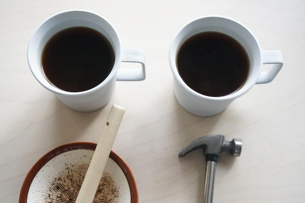 すりこぎとハンマーで挽いたコーヒー粉で淹れたコーヒー