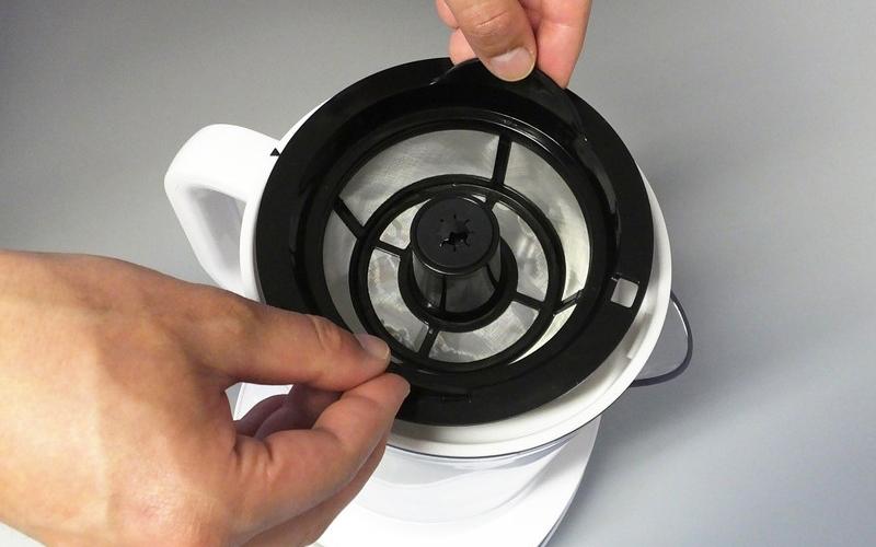 リヴィーズ家庭用電動水出しコーヒーメーカー フィルター(下)をセット