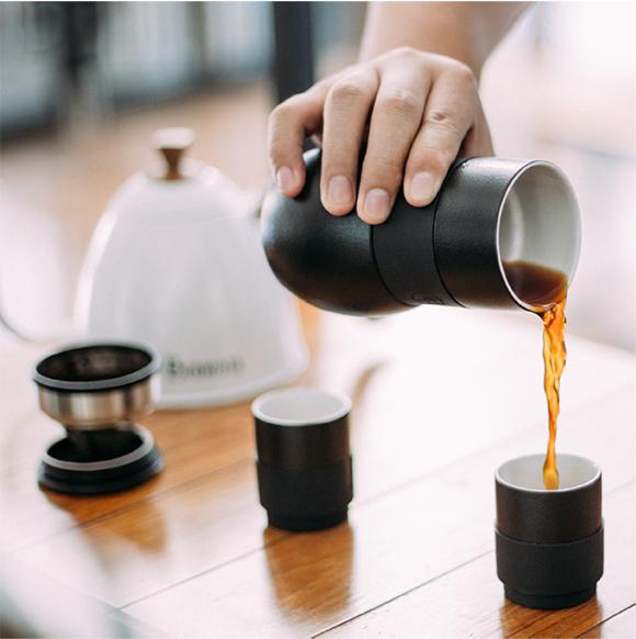 マグカップでコーヒーを注ぐ
