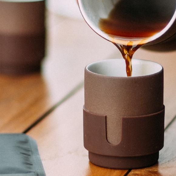 陶器製のコーヒーカップ