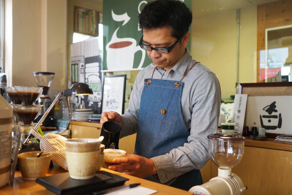 徳光珈琲代表取締役の徳光 康宏さんによるハンドドリップコーヒーの抽出