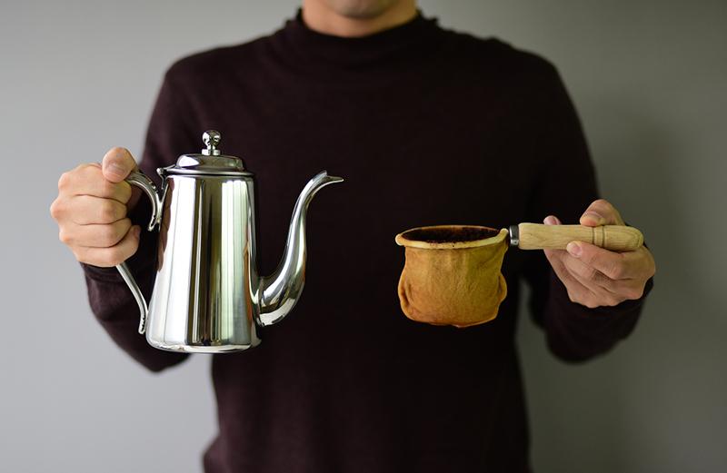 コーヒーポットとネルフィルターを並べて持った所