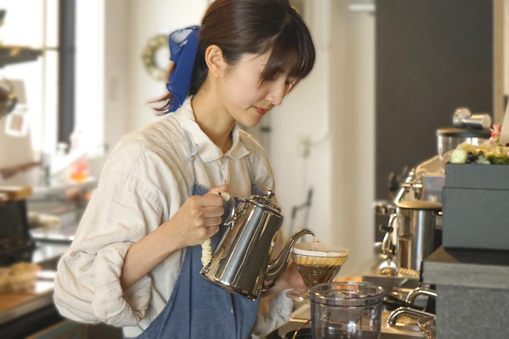コーヒーを淹れる店主の岡本さん