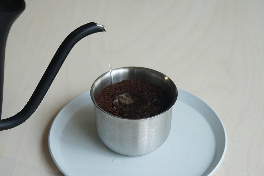 コーヒー粉に水を注ぐ
