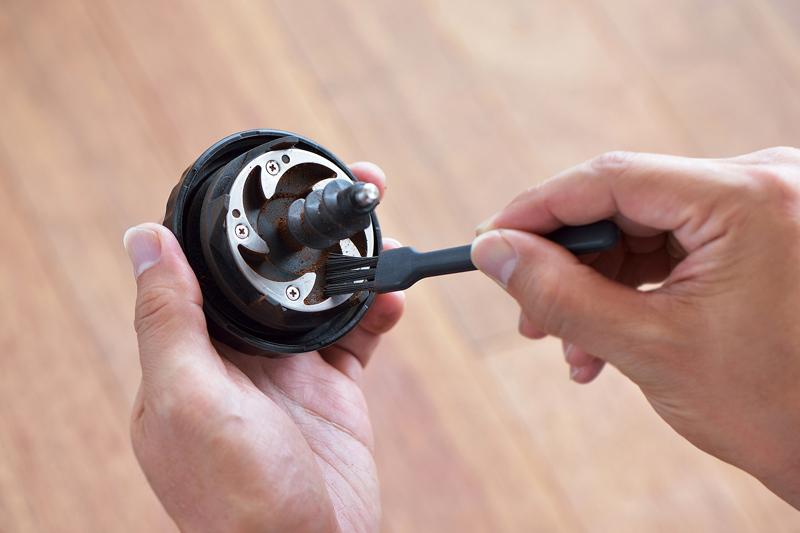 『全自動コーヒーメーカー CM-D465』ミル刃のお手入れの様子