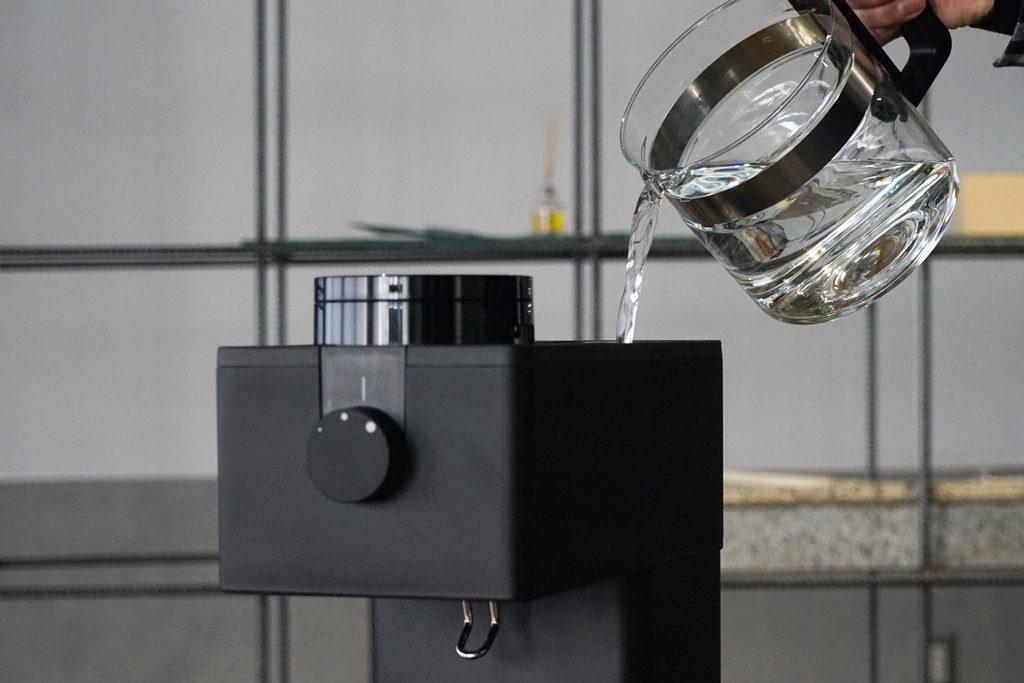 コーヒーサーバーを使ってタンクに水を入れる