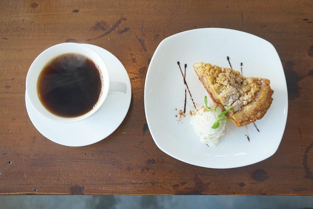 リトルフォートコーヒーのコーヒーとアップルパイ