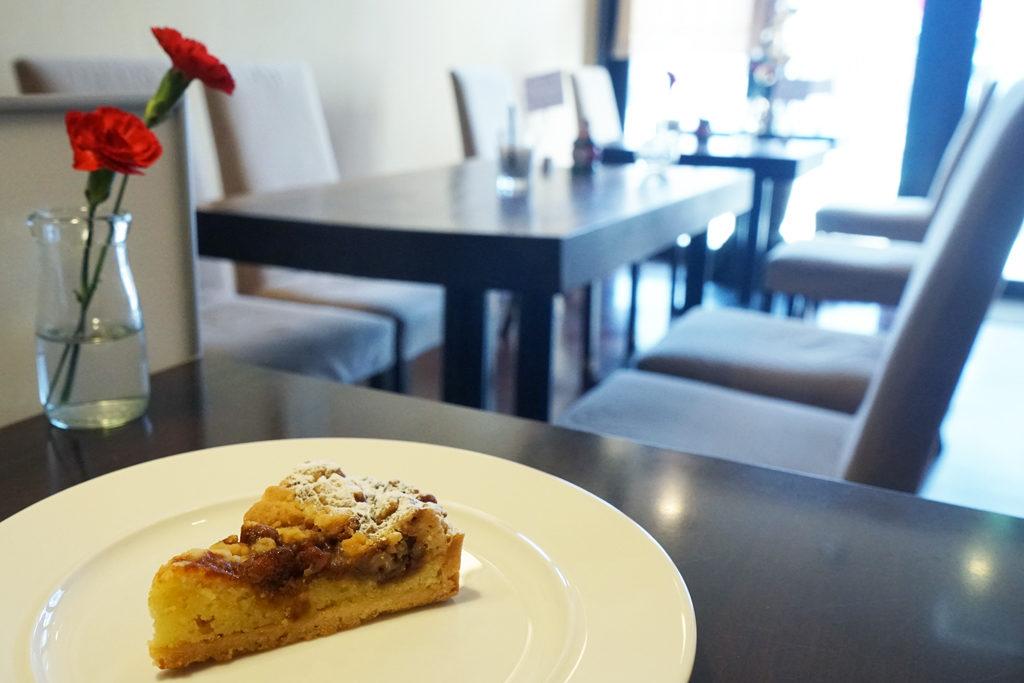 『カフェ パサパ』ケーキと店内