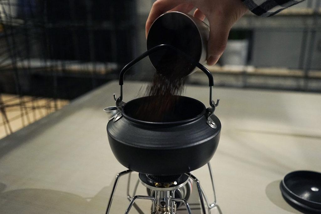 やかんにコーヒーの粉を入れる