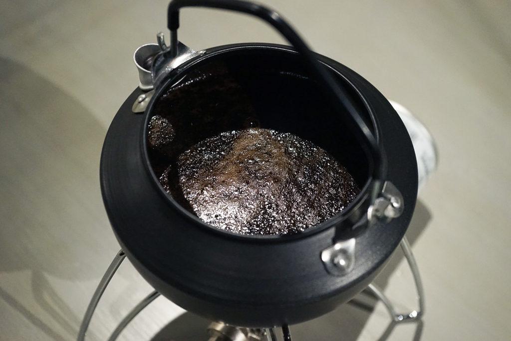 やかん内で混ざったコーヒー粉と水
