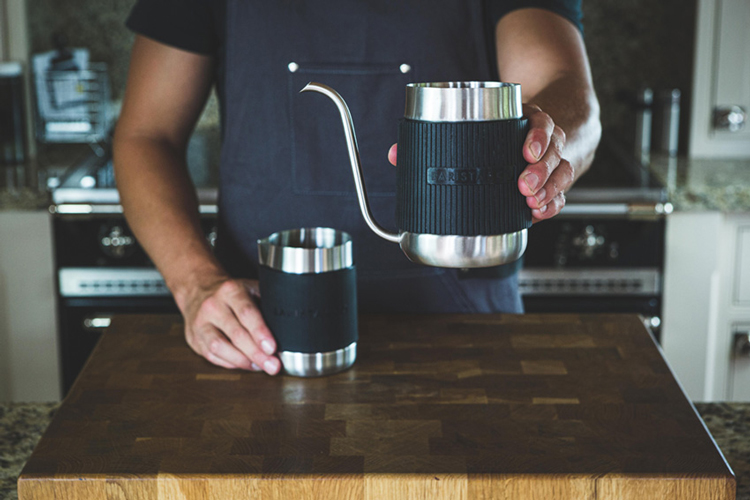 『Shorty Pour Over Jug』を手で持った様子