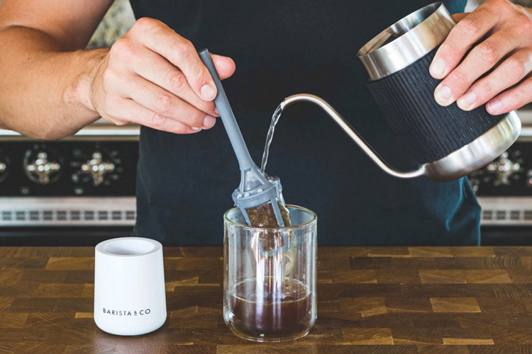 『Shorty Pour Over Jug』でお湯を注ぐ様子