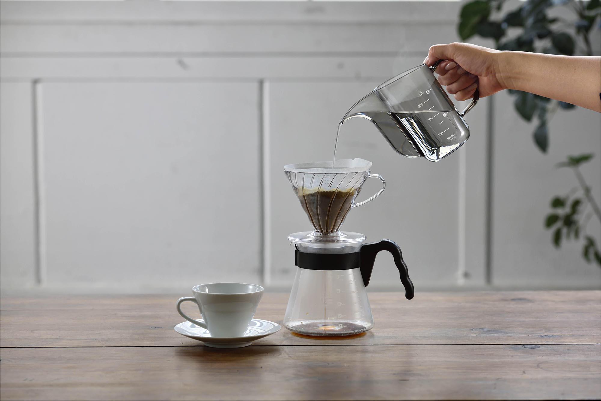 HARIO V60ドリップケトル・エアーでコーヒーを淹れている