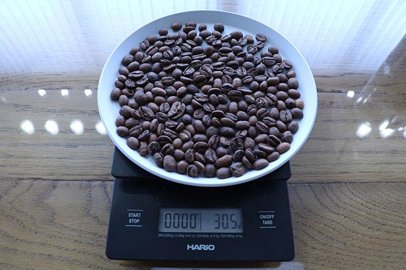コーヒー豆を測る
