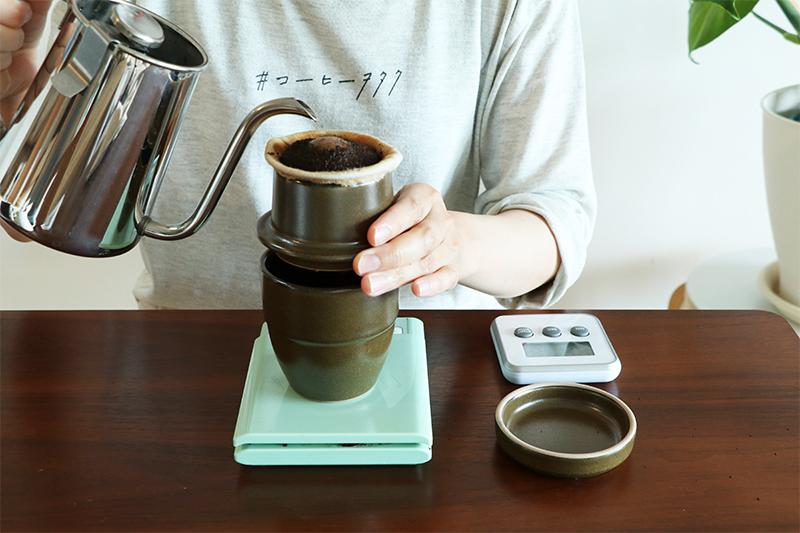 スピールでコーヒーを淹れている
