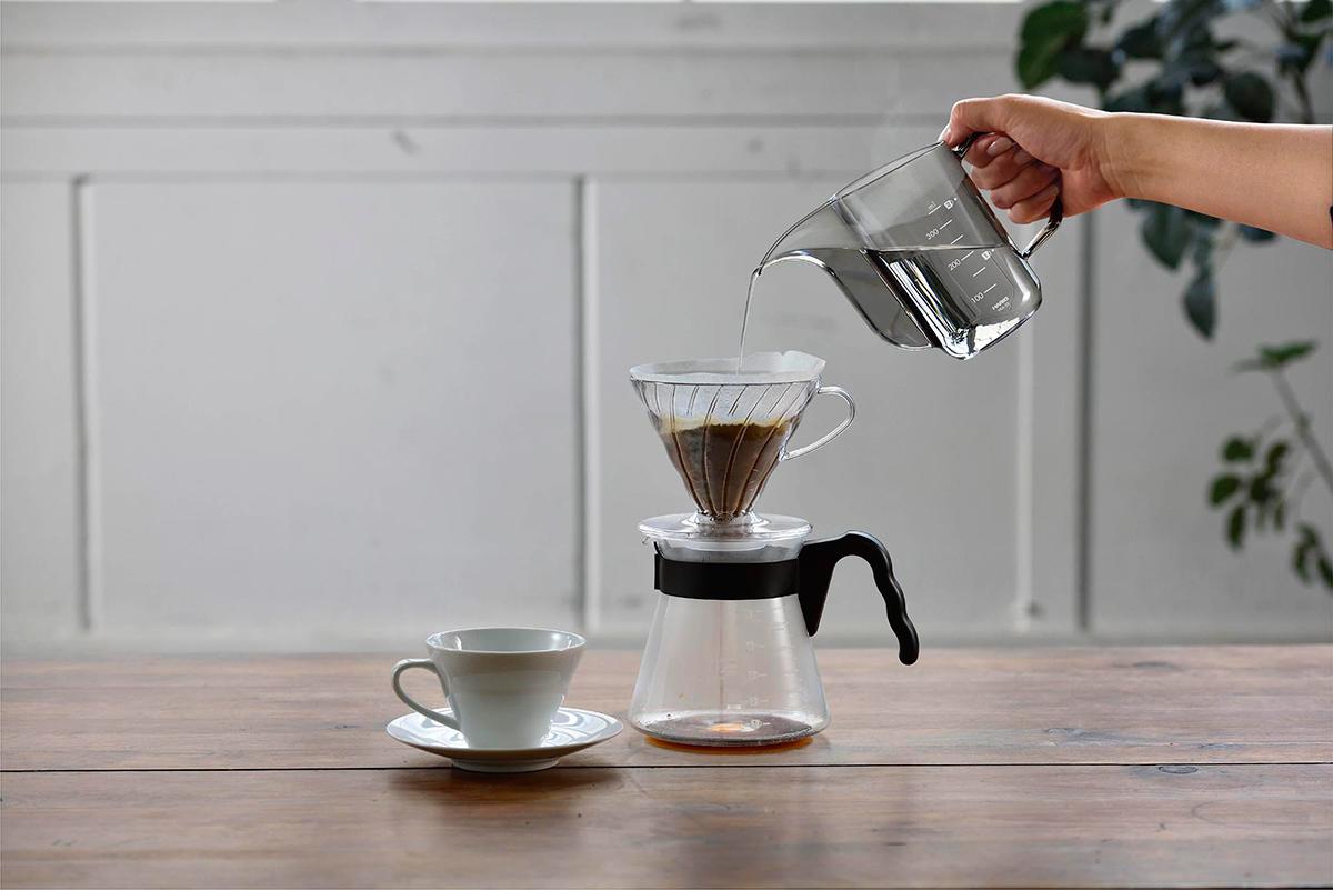 日々のコーヒードリップを快適にしてくれる、お湯が見えるケトル!HARIO「V60ドリップケトル・エアー」が2020年グッドデザイン賞受賞。