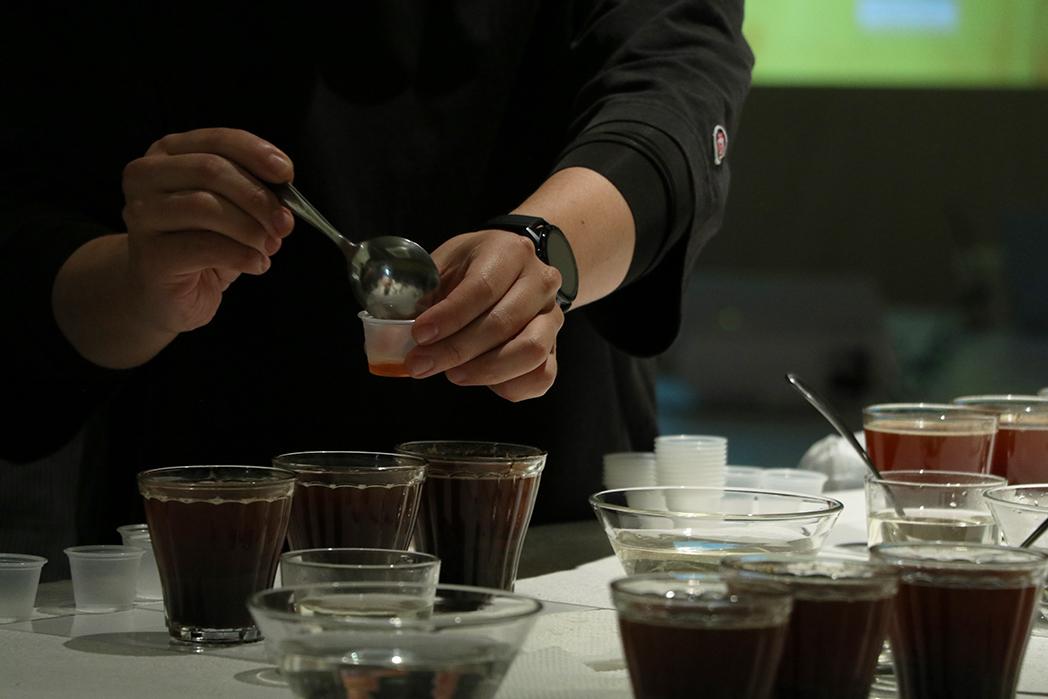 MEDAT カッピングイベント カッピングスプーンからショットグラスにコーヒーを移す